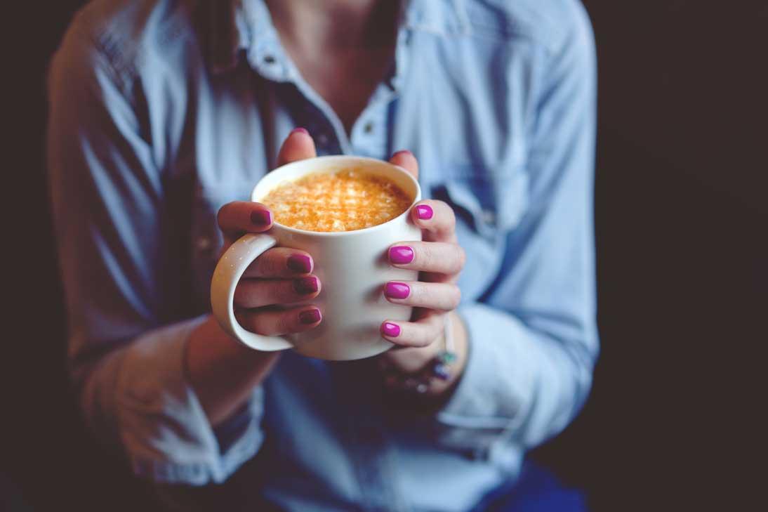 Selbstliebe lernen Frau mit Kaffee