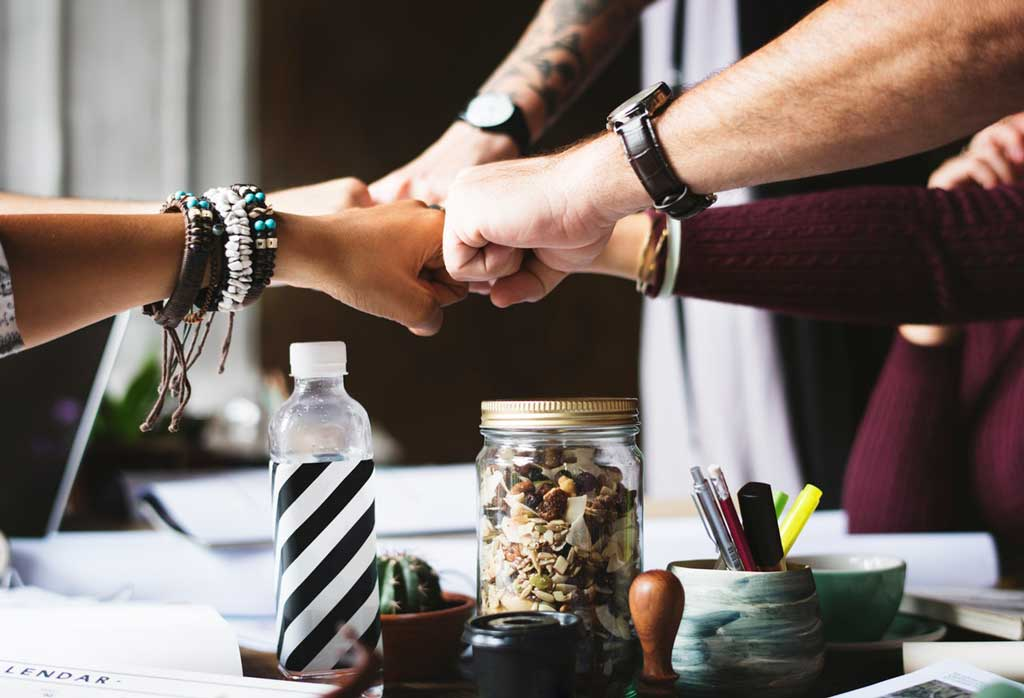 Selbstmitgefühl Verbundenheit Menschen Hände zusammen