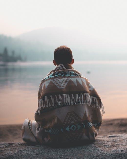 Selbstwertgefühl stärken Mann am See mit Poncho